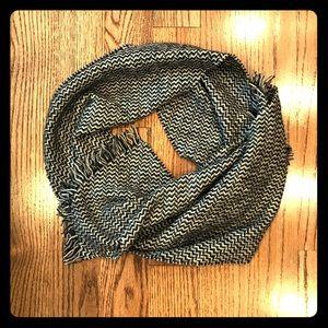 🆕 NWT 100% cashmere scarf - b&w chevron